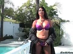 Amateur whore is showing her big boobs outdoors